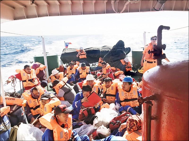 印尼籍派翠工作船,傾斜在大海中40船員獲救。(記者張軒哲翻攝)