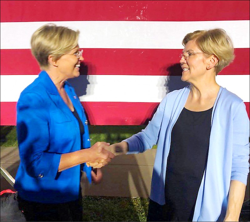 《中英對照讀新聞》Elizabeth Warren met her look-alike at a rally. Can you tell them apart? 伊麗莎白.華倫在集會上見到撞臉者。你能分辨出誰是誰嗎?