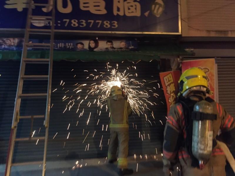 消防隊破門灌救。(記者楊金城翻攝)