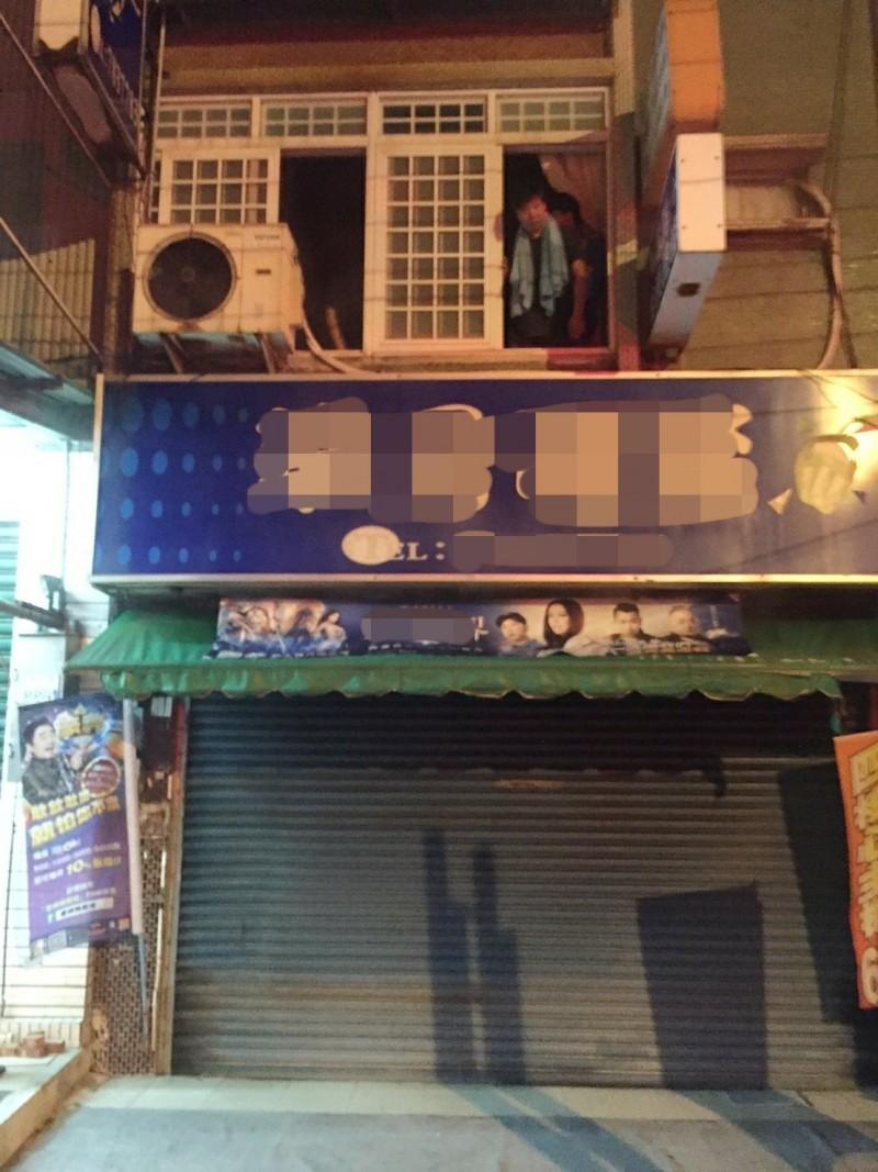 台南市學甲區一家店鋪今天凌晨發生火警,屋主1家3人在二樓受困待救,消防隊員快速架梯救人。(記者楊金城翻攝)