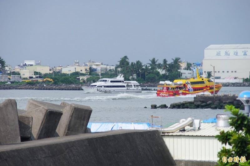東琉線交通船今天正常行駛,明天預計停駛,週日視海象決定。(記者陳彥廷攝)