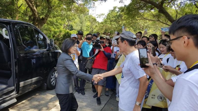 總統蔡英文(左一)、前總統馬英九(右二)今天在金門太武山意外「雙英會」,雙方互動融洽。(圖取材自馬英九臉書)