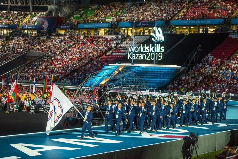 台灣派出58名技職國手參加2019年第45屆國際技能競賽,23日凌晨在俄羅斯喀山參加盛大開幕會,高舉旗幟,並誓言力拼金牌。(WorldSkills提供)