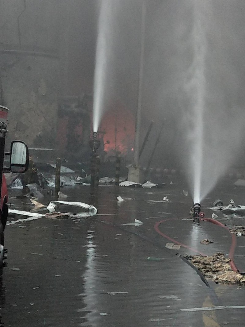 六輕氣爆案現場,案發時消防單位搶救滅火。(記者廖淑玲翻攝)