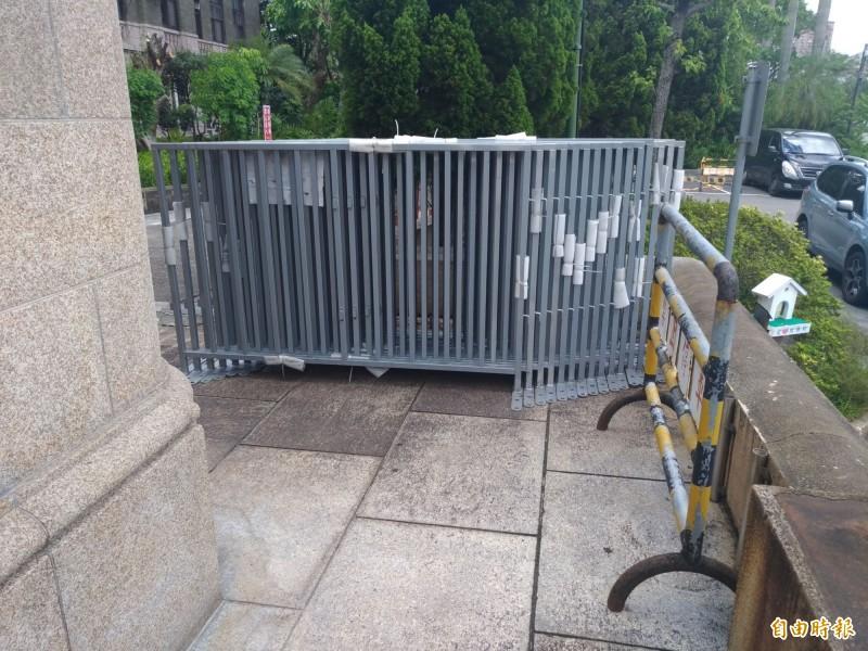 司法院僅架設簡易柵欄,不立拒馬。(記者吳政峰攝)