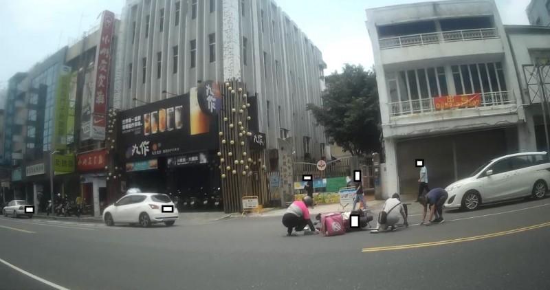 Foodpanda外送員今中午在中山路發生機車相撞事故,3名熱心民眾幫撿零錢。(記者王善嬿翻攝)