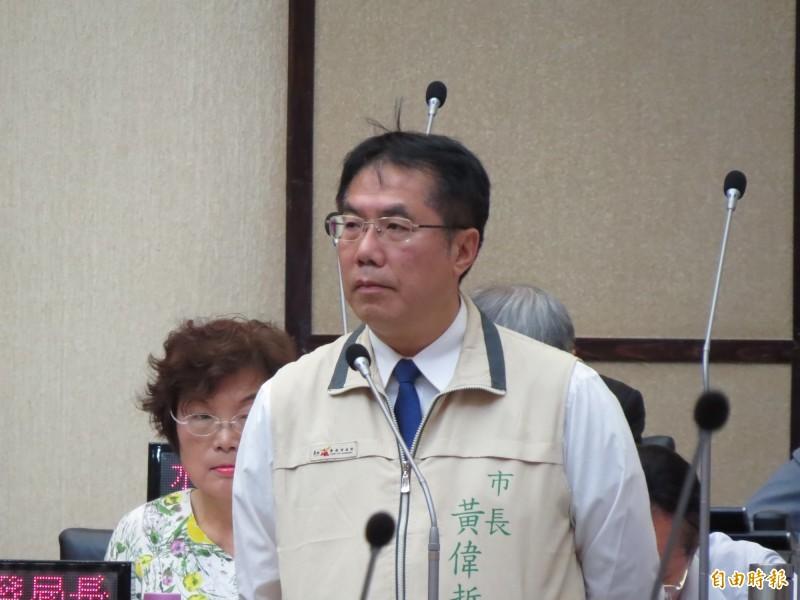 黃偉哲在市議會宣示,選舉正式起跑後,拒絕候選人借用校園場地。(記者蔡文居攝)