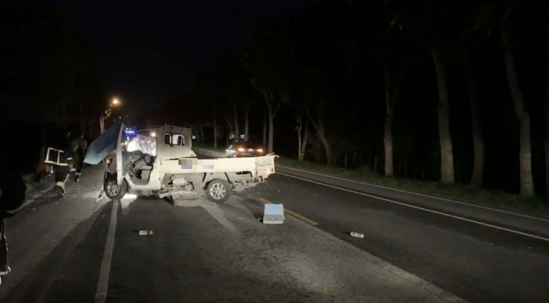 花蓮玉里鎮今晚發生一起車禍,男子駕車返家途中,疑似因雨後視線不佳,失控自撞電桿受困。(民眾呂傳明提供)