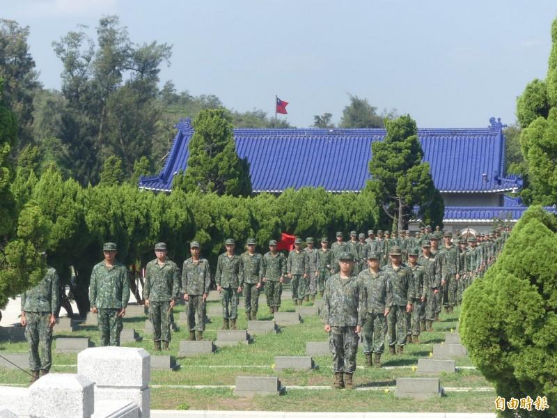 「八二三」六十一周年追思活動在金門太武山公墓舉行,金防部弟兄在公墓旁為「老前輩」守護。(記者吳正庭攝)