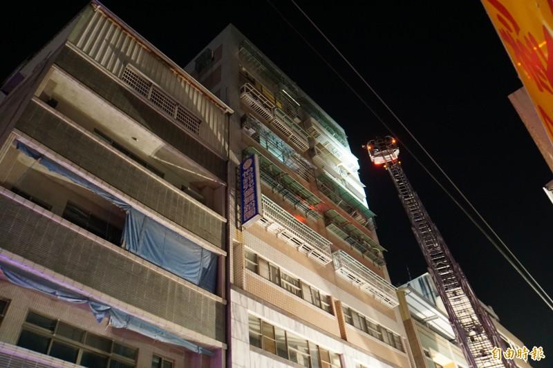 斗六市區大樓火警 雲梯升上10樓高