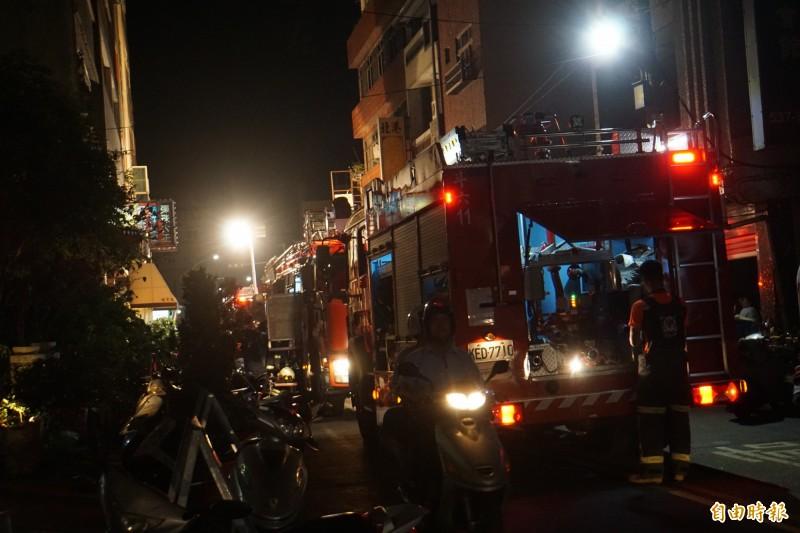 斗六市區晚上傳出大樓火警,消防局出動11輛車。(記者詹士弘攝)