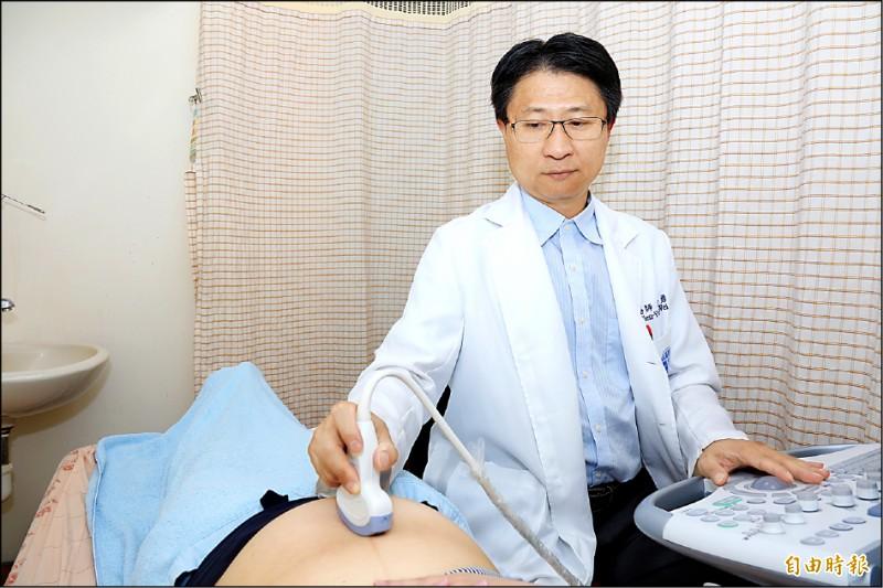 醫師幫孕婦進行高層次胎兒超音波檢查(非個案本人)。(記者張軒哲攝)