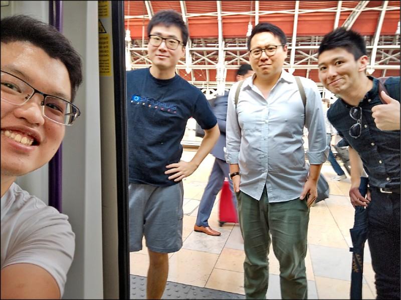 英國駐香港總領事館雇員鄭文傑(左二)與友人合影,時間地點不明,由署名威爾森.李(Wilson Li)的人士提供。(美聯社)
