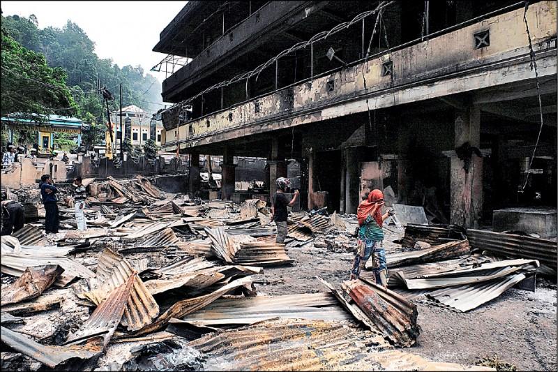 印尼西巴布亞省法克法克鎮二十一日發生暴力抗爭,一處市集遭縱火。(歐新社)