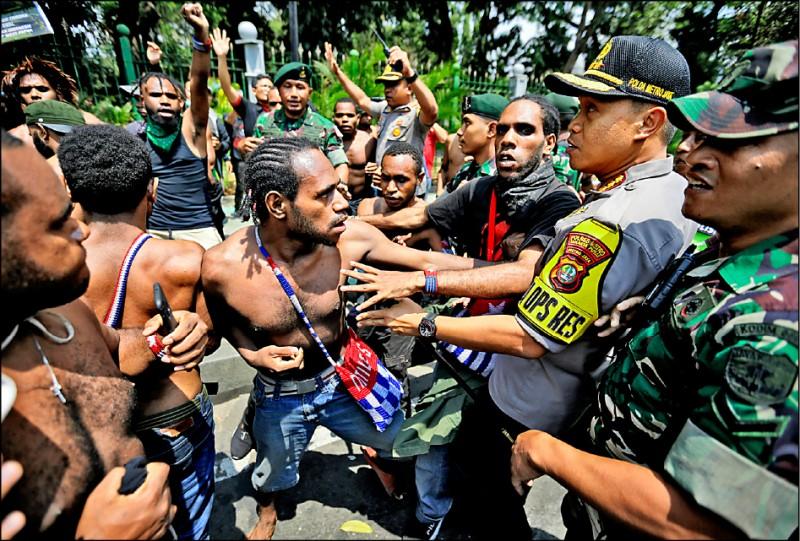 印尼巴布亞人二十二日在雅加達總統府附近,抗議種族歧視,訴諸獨立自決,與警方爆發衝突。(美聯社)
