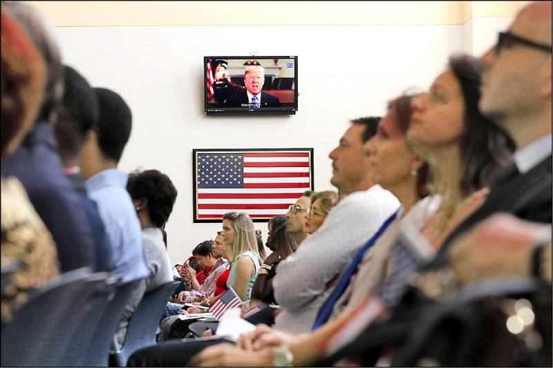 美國總統川普廿一日老調重彈,聲稱認真考慮終止美國公民出生原則。圖為佛羅里達州邁阿密一場美國公民歸化典禮上播放的川普預錄演說。(法新社)