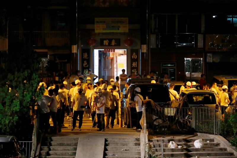 7月21日晚間,元朗街上聚集大批白衣人,並在西鐵站內向市民作出無差別攻擊。(路透)