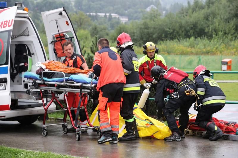 波蘭暴雨落雷打在山頂的金屬十字架上,導致登山民眾至少4死100餘傷。(歐新社)