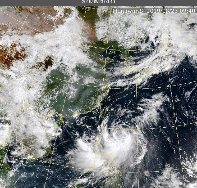 白鹿颱風中心位於菲律賓東方海面,正持續向西北方向進行。(擷取自中央氣象局)