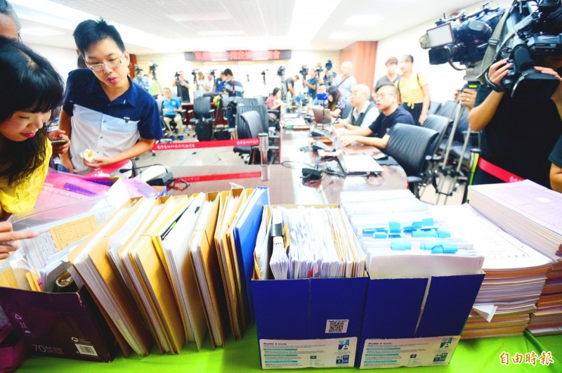 《TAIPEI TIMES》 Thirteen to stand trial over duty-free cigarette scandal