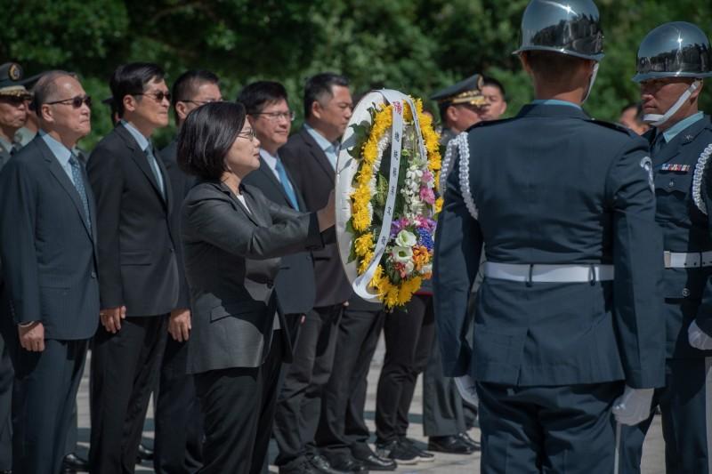 總統蔡英文今日出席「823六十一週年中樞紀念儀式」,提及美軍研究船塞利.萊德號停泊基隆港是為了與台灣的科研合作。(圖取自蔡英文臉書)