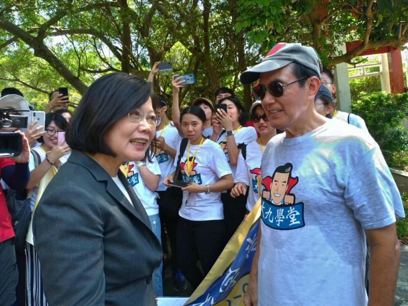 總統蔡英文今天在金門參加完「823六十一週年中樞紀念儀式」後,在行程途中遇到也在金門的前總統馬英九。(圖擷取自馬英九臉書)