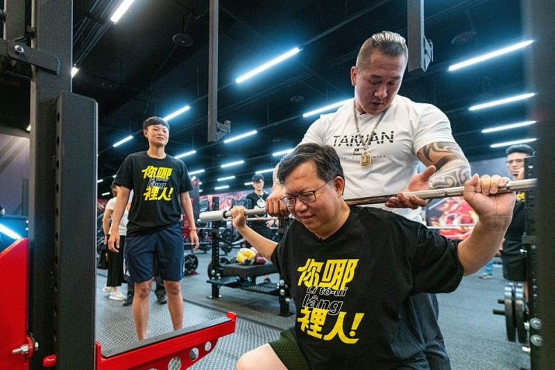 鄭文燦今晚在臉書PO出與館長陳之漢一起健身的合照。(擷取自鄭文燦臉書)