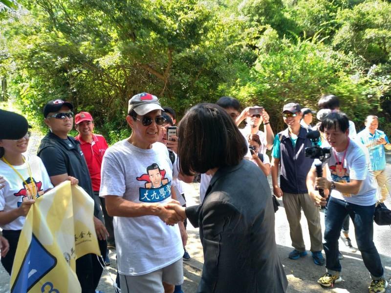 蔡總統與馬英九握手,蔡對著馬說,「你看起來不錯喔,加油」。(圖擷取自馬英九臉書)