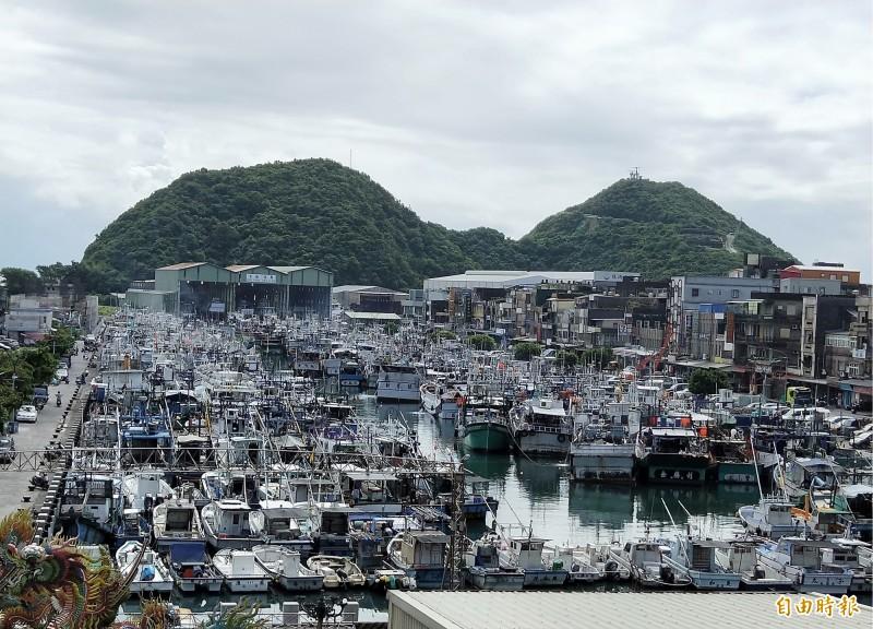 白鹿颱風來襲,宜蘭外海漁船進各港口避大風浪,今天上午開始,南方澳漁港就被800多艘漁船塞爆。(記者林敬倫攝)