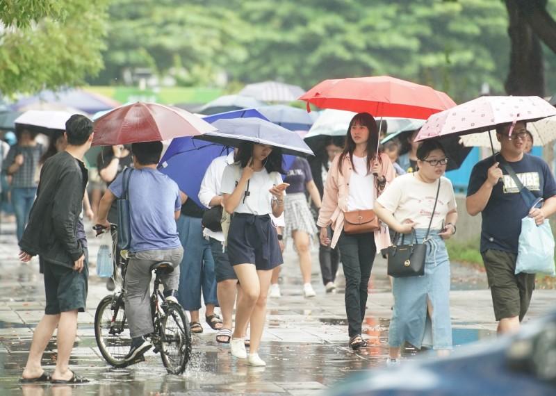 隨著白鹿颱風逼近,明天宜花東地區雨勢漸增、越晚雨勢越大,尤其台東、花蓮、恆春半島及屏東山區有局部大豪雨發生的機率,其他地區也有局部大雨或較大雨勢發生的機率。(資料照,記者黃志源攝)