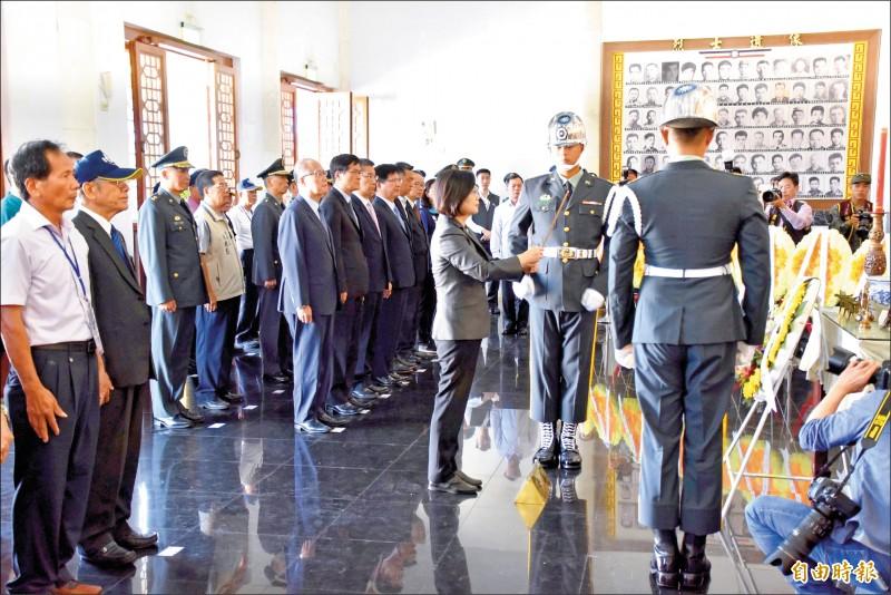 總統蔡英文(中)昨在金門太武山忠烈祠主持「八二三戰役六十一週年中樞紀念儀式」。(記者吳正庭攝)