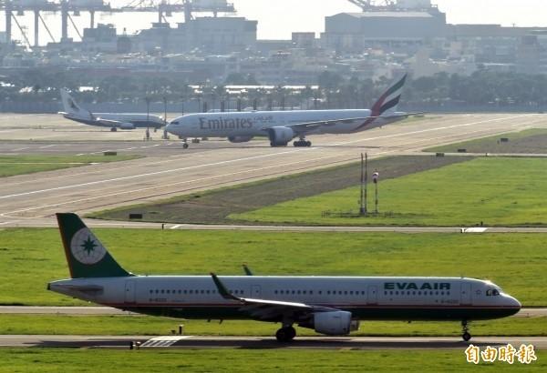 受到白鹿颱風影響,高雄機場逾百個航班異動。(資料照)