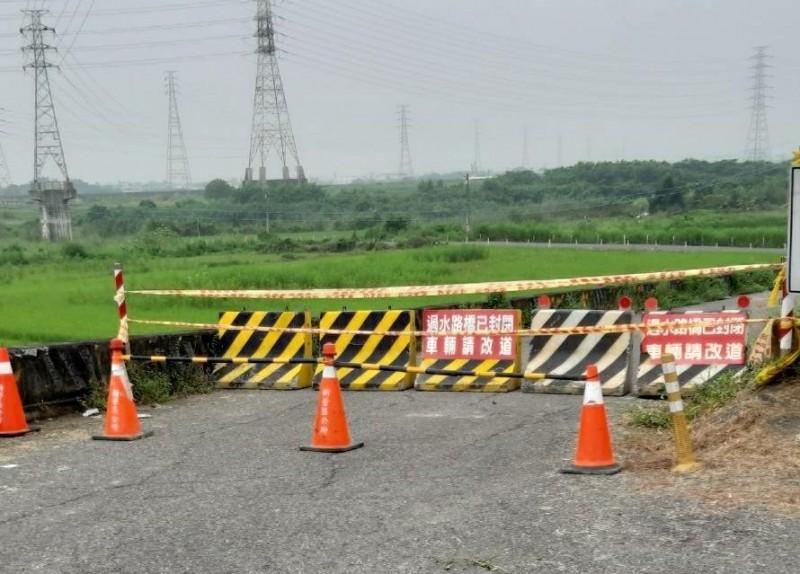 新營5座急水溪過水便橋今早9點已預先封橋封路。(記者楊金城翻攝)