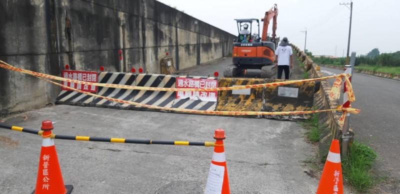 新營5座急水溪過水便橋在急水溪水位暴漲後危及用路安全,須預先封橋。(記者楊金城翻攝)