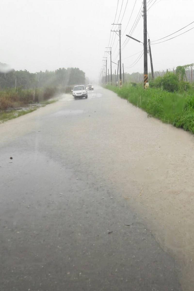 屏東新埤鄉萬隆國小前排水溝滿溢至路面。 (萬隆村民提供)