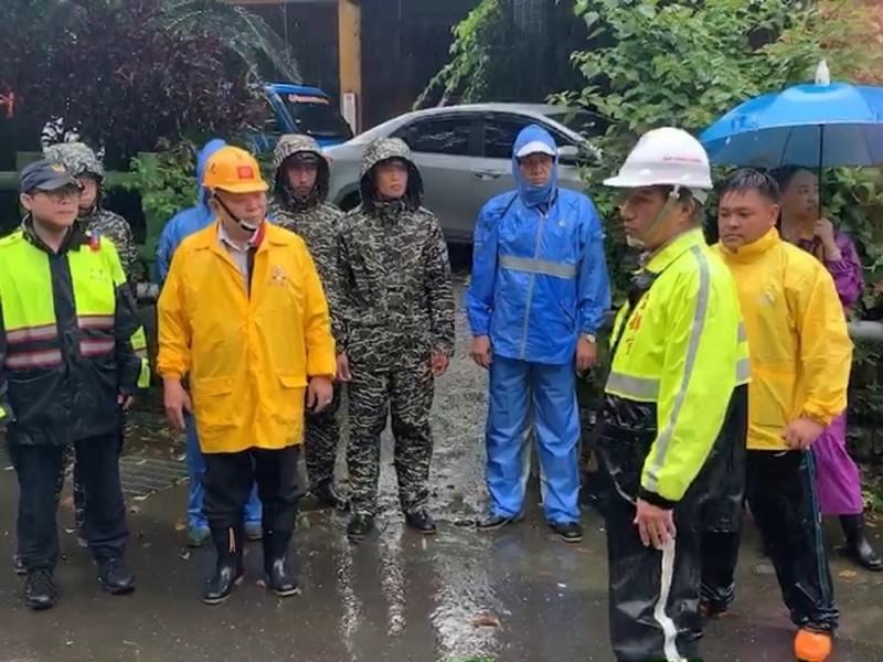 「白鹿」颱風來襲將對南部地區構成威脅,國軍第四作戰區實施居民預防性撤離,以維民眾生命安全。(國軍第四作戰區提供)