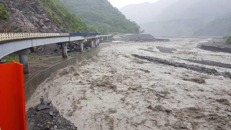 高雄山區夜間風雨恐變大,公路總局預警封3條省道。(記者黃佳琳翻攝)