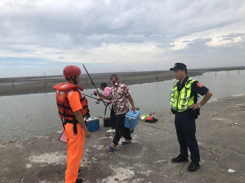 白鹿侵台,海巡署與警方針對在彰化海岸觀浪的民眾及釣客進行強制勸離。(記者湯世名翻攝)
