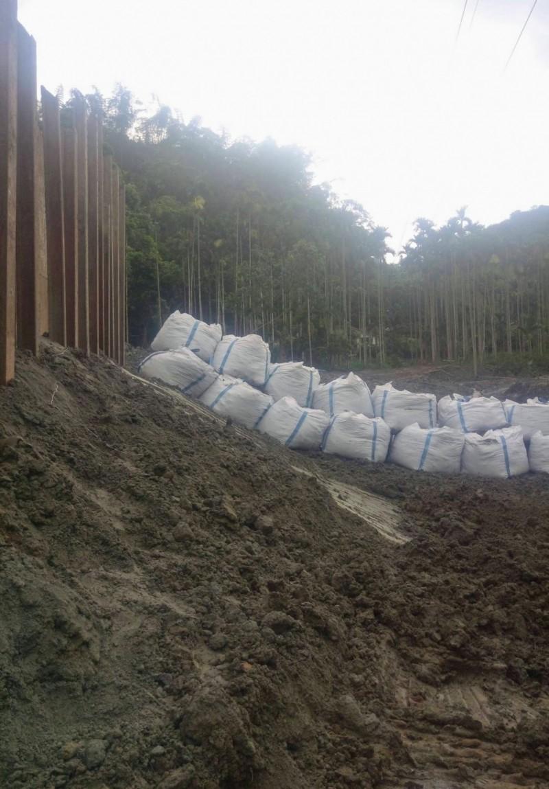 白鹿颱風襲台,日前爆發土石流的名間鄉仁和村,災區已架起鋼軌樁、太空包,防止大雨再釀土石流災情。(記者劉濱銓翻攝)