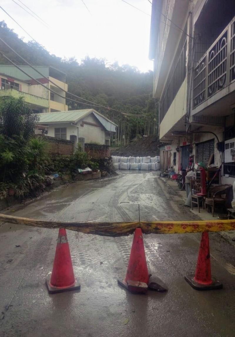 白鹿颱風襲台,日前爆發土石流的名間鄉仁和村,災區已設置太空包與封鎖線,避免災情發生。(記者劉濱銓翻攝)