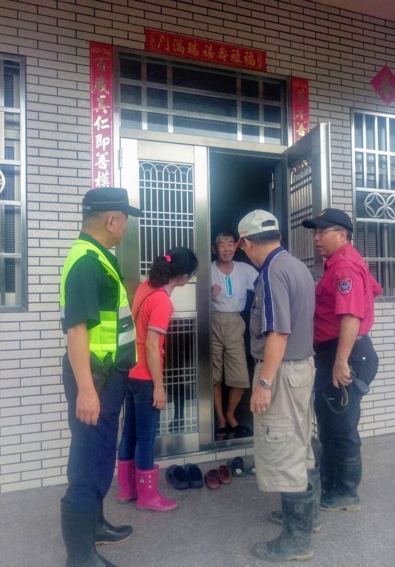 白鹿颱風襲台,日前爆發土石流的名間鄉仁和村,公所偕同警消提前撤離居民,避免入夜大雨危及安全。(記者劉濱銓翻攝)