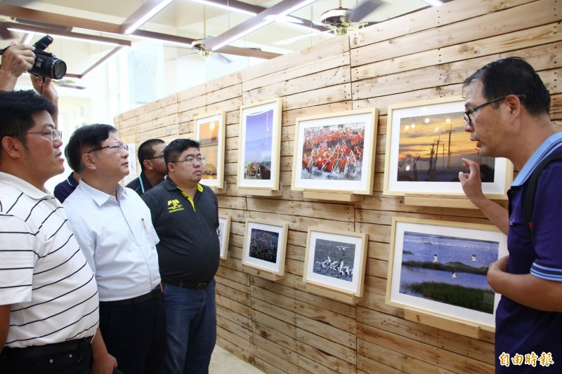 王耀民拍下家鄉美景,舉辦攝影展。(記者林宜樟攝)