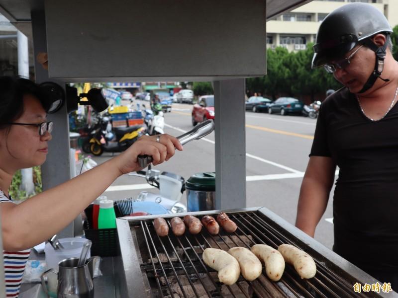 炙燒米腸下午營業,吸引回頭客。(記者歐素美攝)