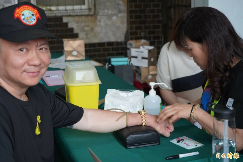 台南市肝病防治協會、成大在將軍馬沙溝持續舉辦C肝定期篩檢治療計畫,民眾接受抽血健康檢查。(記者楊金城攝)