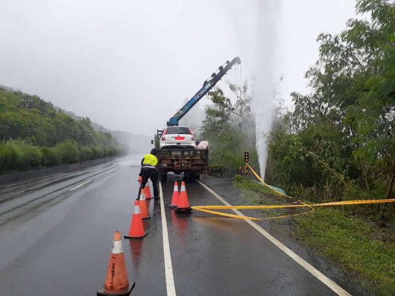 休旅車撞壞自來水管排氣閥閥桿,高壓水如同噴泉噴了快20公尺高。(記者陳彥廷翻攝)