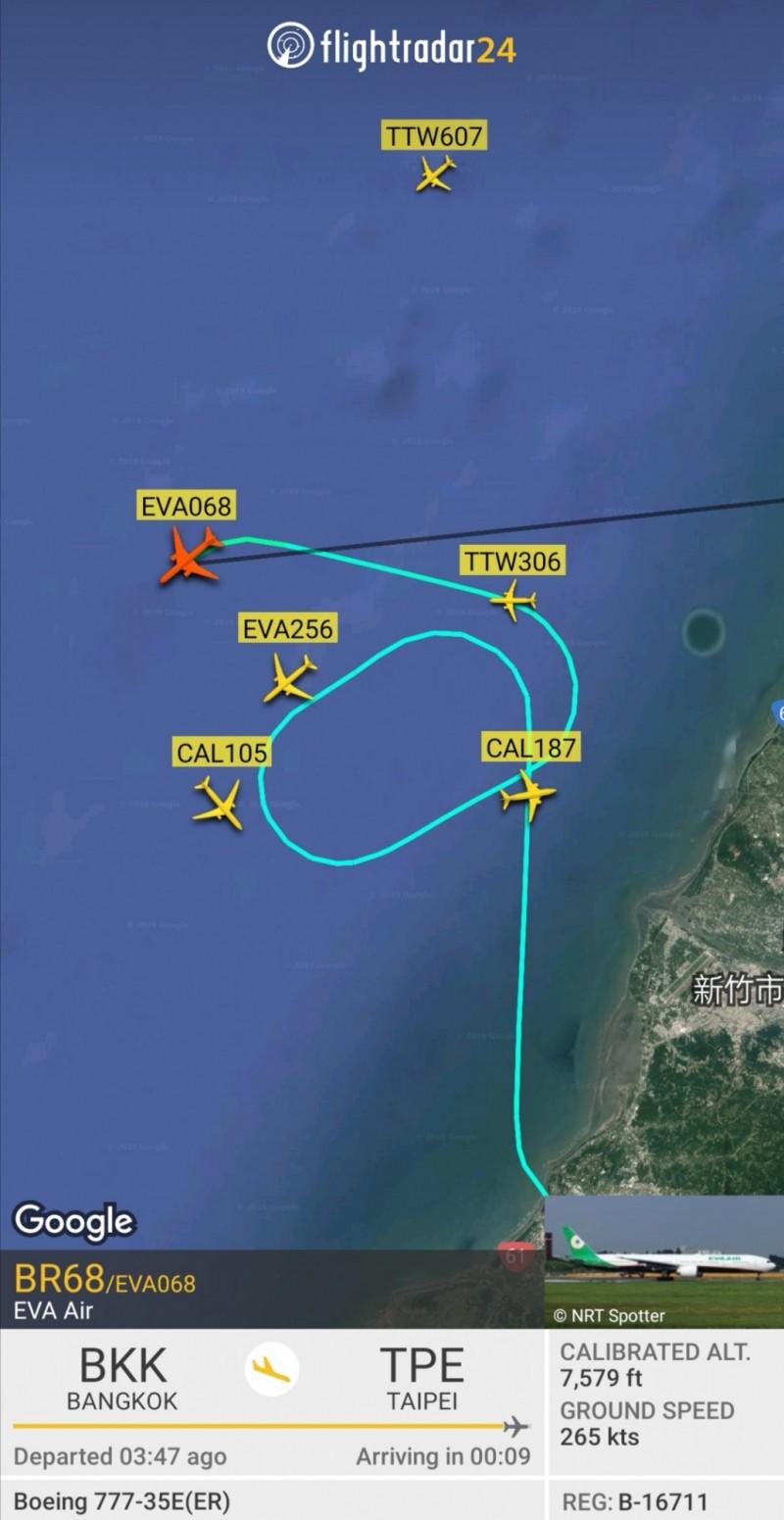 白鹿颱風外圍環流造成為桃園機場強風影響,數10班飛機因此空中待命(紅色飛機)、延誤、或轉降。(圖片擷取自FLIGHTRADAR 24軟體)
