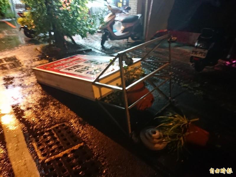 廣告牌被白鹿颱風吹倒。(記者洪瑞琴攝)