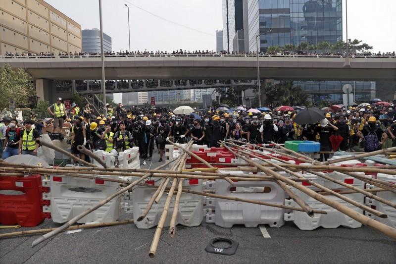 群眾於警署附近築起防線。(歐新社)