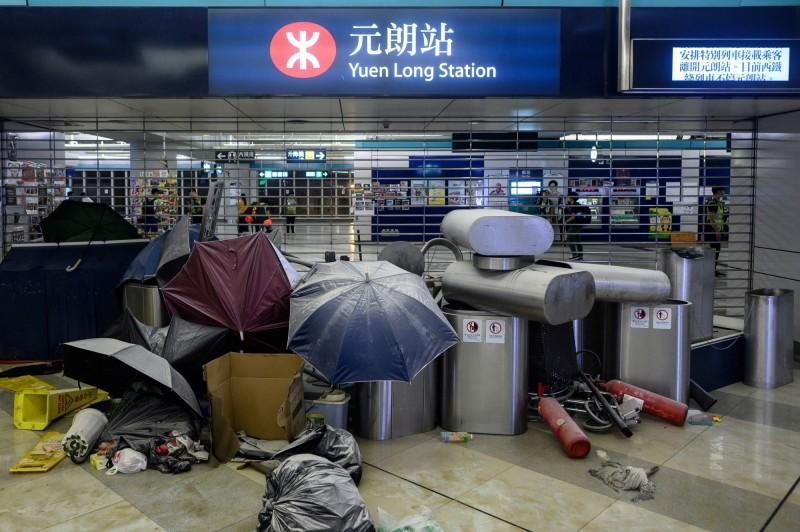 香港民眾今日將發起觀塘區遊行,但港鐵稍早宣布觀塘線部分路段自中午起停駛。圖為21日群眾在721元朗事件屆滿1個月後,至港鐵元朗站抗議。(法新社)