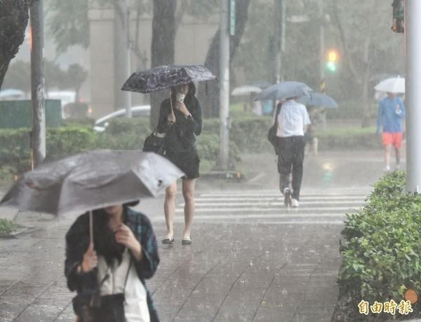 氣象局在下午3點25分針對全台16縣市發布大雨、豪雨、大豪雨以及超大豪雨特報,提醒民眾外出要攜帶雨具。(資料照)